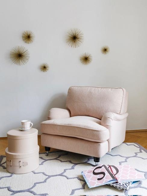 Soggiorno con poltrona color champagne stelle dorate sul muro