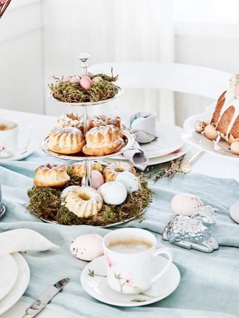 Brunch di Pasqua su una tavola apparecchiata per i genitori a Pasqua