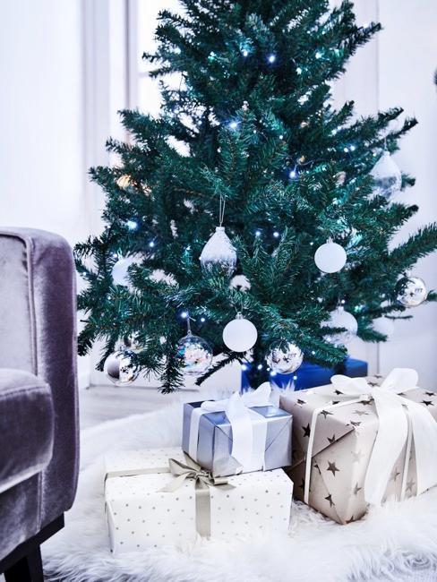Starannie opakowane prezenty bożonarodzeniowe umieszczone pod choinką