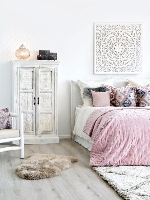 Camera da letto in stile orientale con armadio bianco scavato e colori tenui