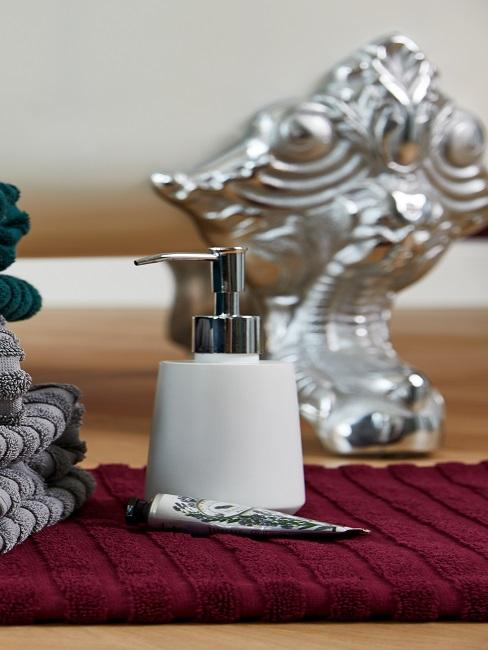 elegante dosificador de jabón en blanco con toallas