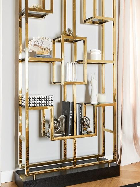 Regal im Japandi Stil in Gold im Wohnbereich