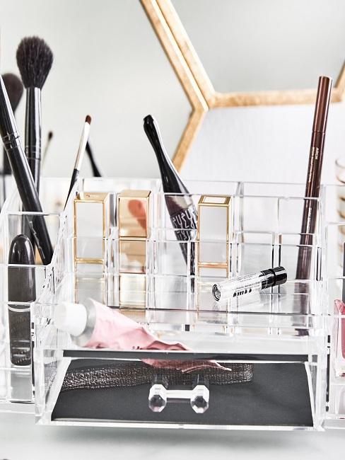 Kosmetik-Organizer mit Kosmetik auf der Ablage im Badezimmer