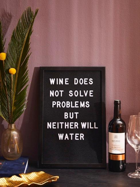 Lavagna con citazione al vino