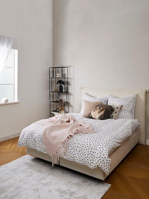 Kissen von Tim Labenda auf einem Bett im Schlafbereich