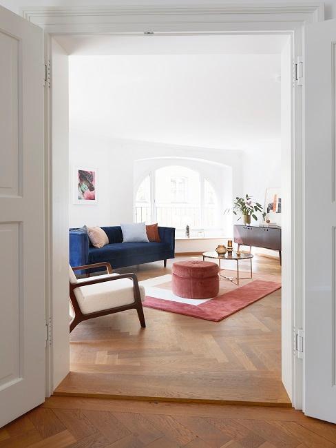 Wohnzimmer mit einem Sofa und Sessel