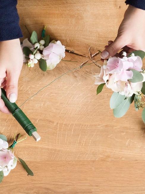 Avvolgere il filo verde attorno ai singoli mazzi di fiori e collegarli