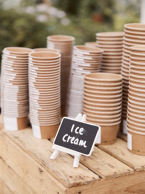 ijscoupes op een houten plank