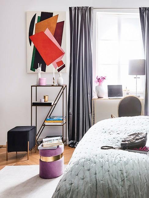 Schlafzimmer im Maximalismus mit luxuriösen Möbeln