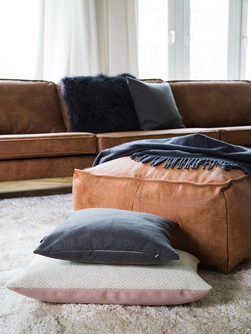 Braunes Ledersofa mit Kissen hinter einem Sitzkissen aus Leder