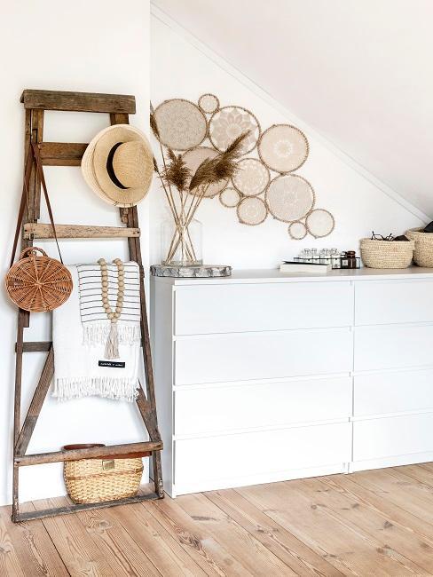 Holzleiter-Deko in Form einer Garderobe im Flur.