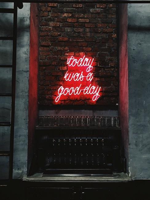 """Neon-Leuchtschrift an der Wand mit den Worten """"Today was a good Day""""."""