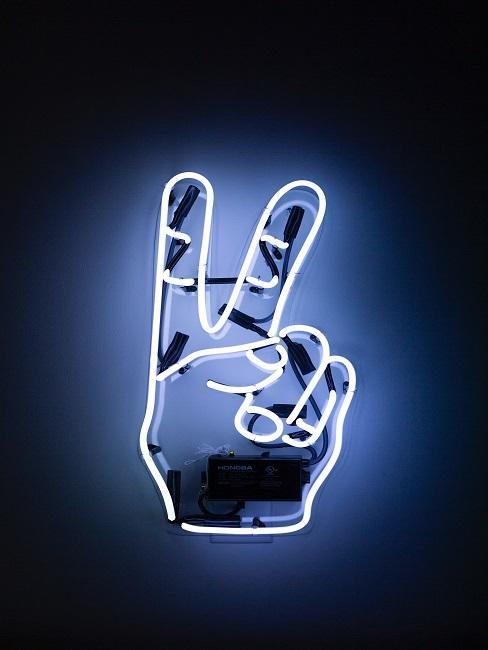 Neon-Zeichen in Form eines Peace-Zeichens im Wohnraum.