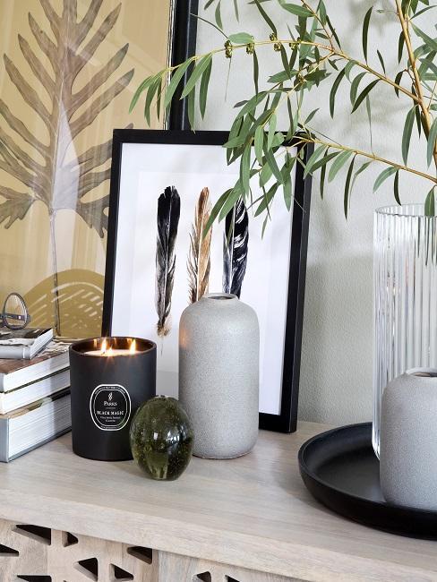 Kommode dekorieren mit Duftkerzen, Bil und grauer Vase