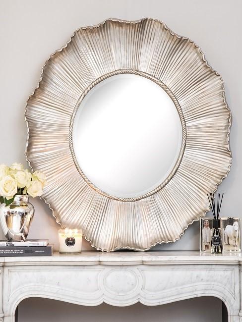 Großer Spiegel auf Kaminkonsole mit Deko