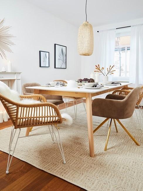 Esszimmer skandinavisch mit braunen Stühlen, hellem Holztisch und cremefarbenem Teppich