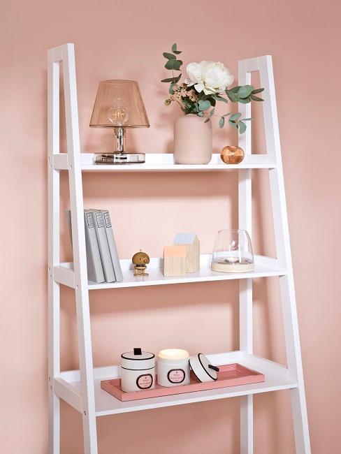 Weißes Leiterregal mit schöner Dekoration im Wohnraum.