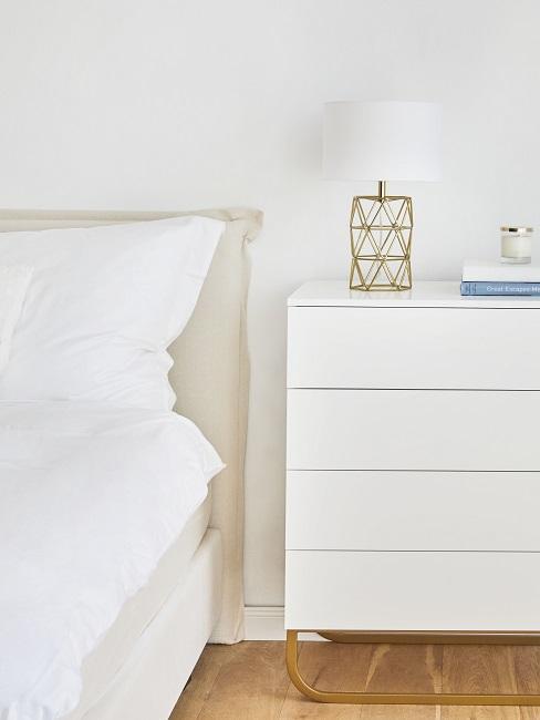 Schlafzimmer skandinavisch: Weiße Kommode und Lampe