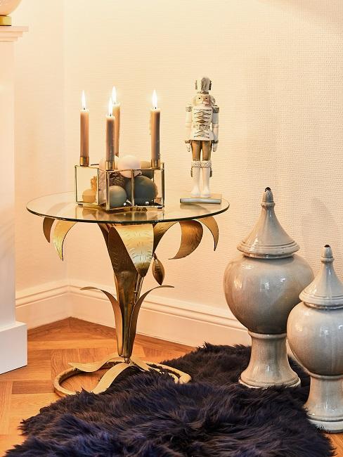 Eleganter Glastisch mit Kerzenhalter und Teppich