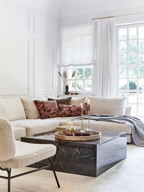 Helles Wohnzimmer mit heller Couch und schwarzem Marmortisch