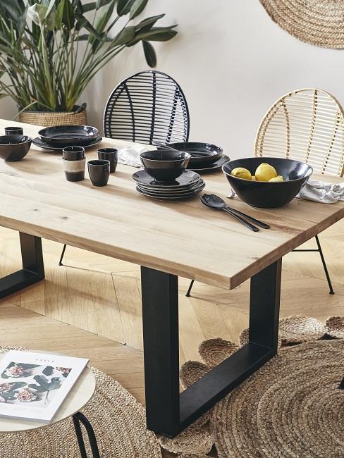 Kleines Esszimmer einrichten mit Holztisch und Stühlen aus Rattan