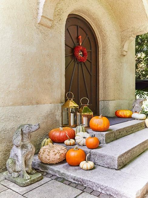 Haus Deko Eingangstür mit Küribssen, Laternen und Türkrank