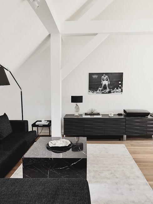 Wohnzimmer im minimalistischen Stil in Schwarz-Weiß, bestehend aus Sofa, Couchtisch und Sideboard