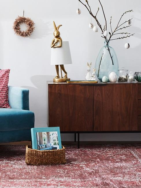 Wohnzimmer mit Osterdekoration mit den Trends im Jahre 2020.