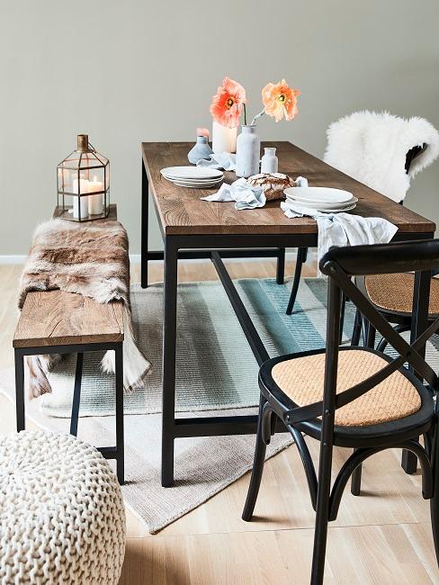 Industrial Style Esszimmer Scandi mit dunklem Holztisch und Fellen