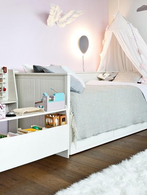 Gemütliches Kinderzimmer mit Bett und Spielbereich