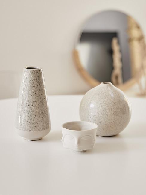 Japanische Deko cremefarbenen Vasen in verschiedenen Größen auf weißem Tisch