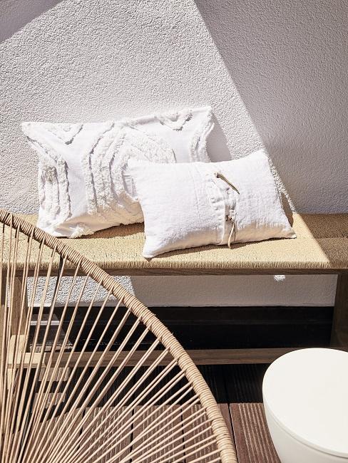 Japanische Deko weiße Kissen auf Holzbank
