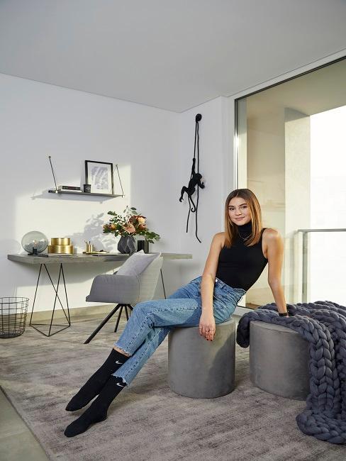 Designer Schlafzimmer mit Stefanie Giesinger auf grauem Pouf