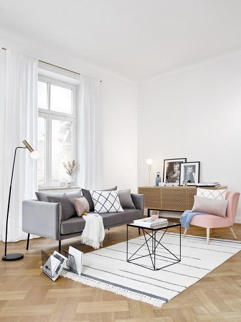 Hygge Wohnzimmer mit grauem Sofa und rosa Sessel