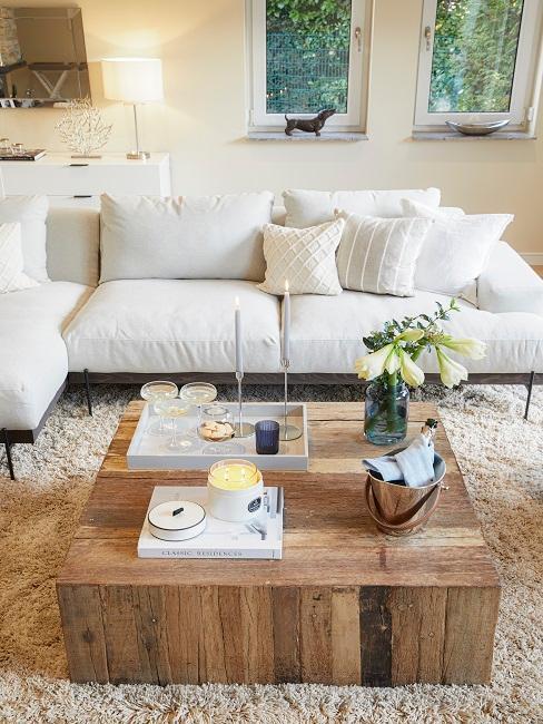 Helles Wohnzimmer mit natürlichem Holztisch