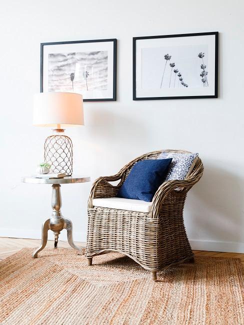 Sessel mit Kissen in maritimer Einrichtung