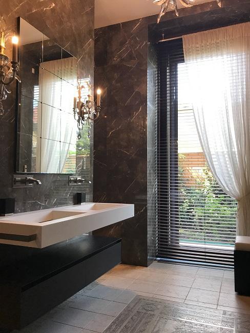 Modernes Badezimmer mit dunklen Wänden