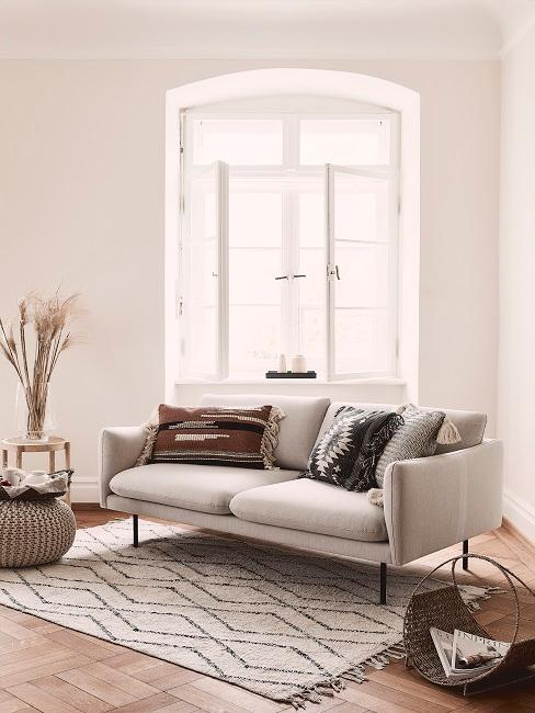 Graue Couch mit Boho Kissen in Wohnzimmer