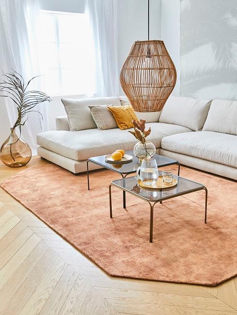 Boho Wohnzimmer mit orangenem Teppich