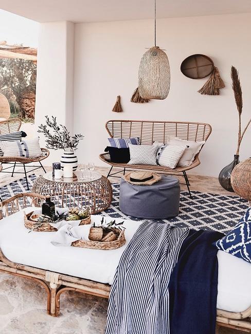 Weiß-blaue Terrassengestaltung mit Rattanmöbeln