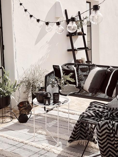Balkongestaltung in schwarz-weiß