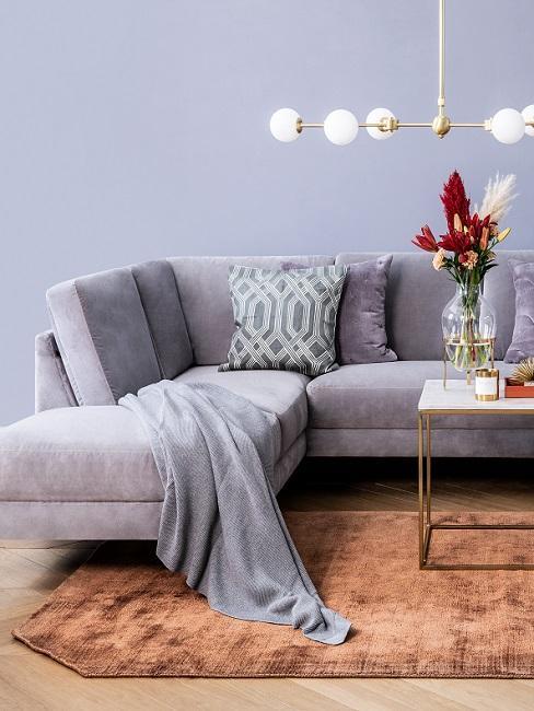 Wandfarbe Blau Grau im Wohnzimmer mit orangenem Teppich