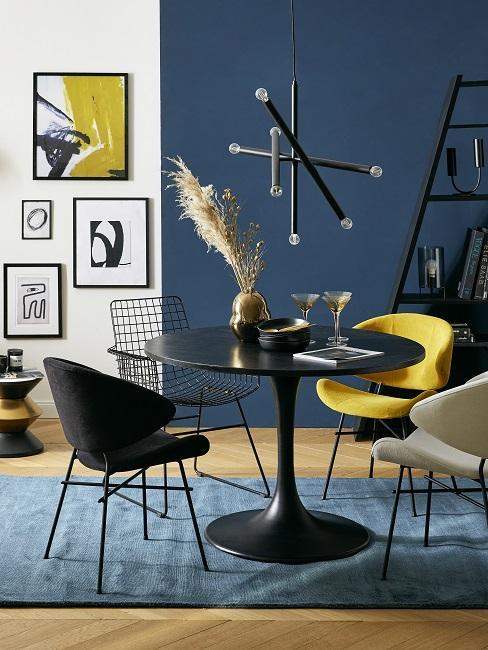 Wandfarbe Blau Petrol im Esszimmer mit schwarzen Möbel und gelben Details