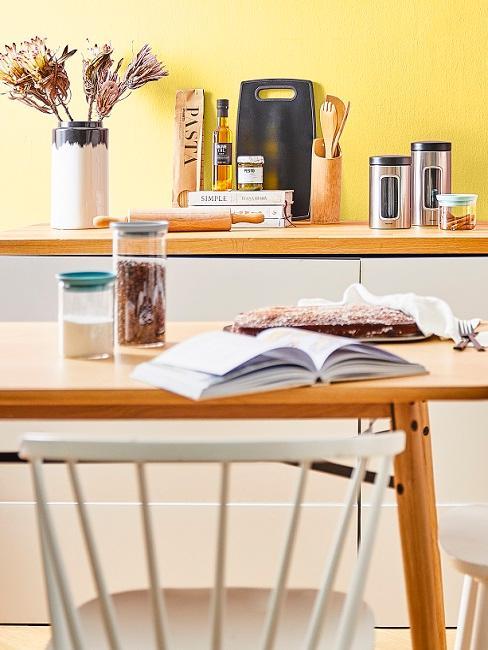 Holzesstisch in gelber Küche