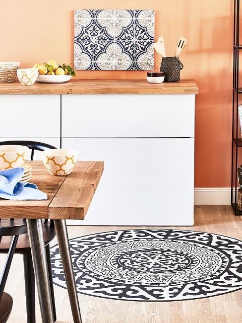 Weiße Küche mit Apricot Wandfarbe