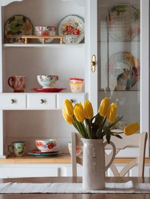 Gelbe Tulpen-Deko im Krug auf Esstisch