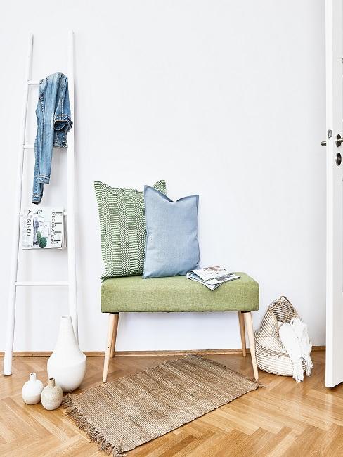 Flur modern gestalten mit grüner Bank und Kissen