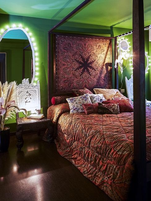 Kleines Schlafzimmer mit Spiegel