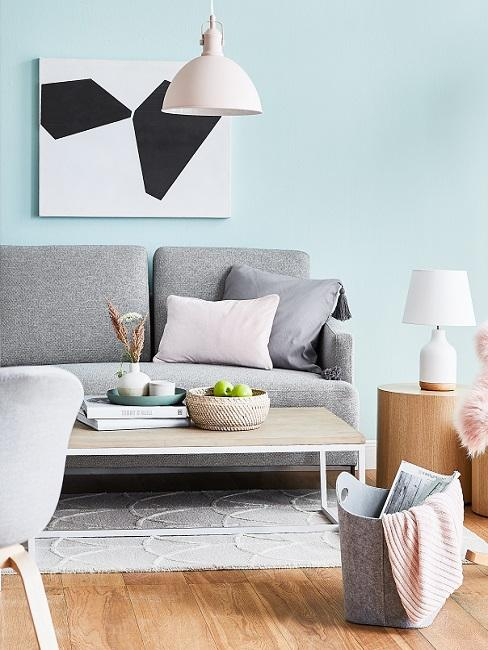 Wandfarbe Pastell Blau, graues Sofa, schwarz-weißes Bild, Holztisch