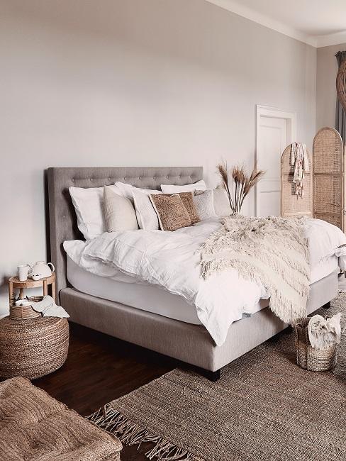 Schlafzimmer in Braun eingerichtet
